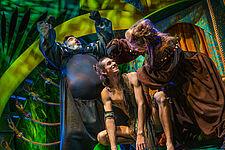 Die Affen Kerchak und Kala, in der Mitte Tarzan.