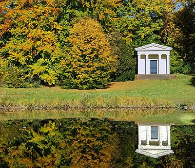Der Englische Garten entstand ab 1769 und zählt zu einer der ältesten Gartenanlagen nach englischem Vorbild.