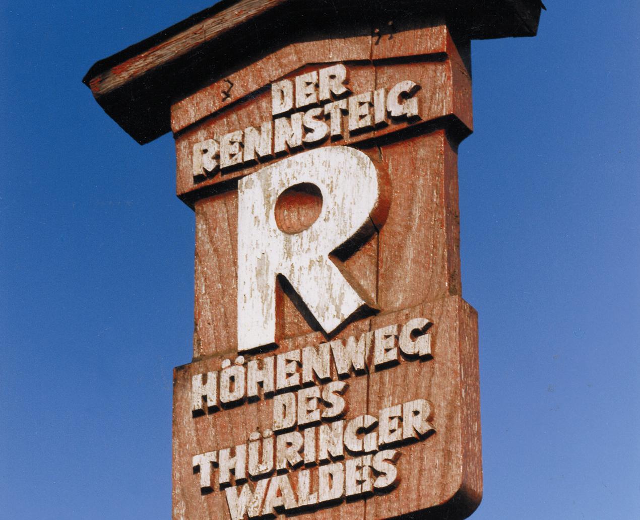 [Translate to Englisch:] Rennsteigschild ©Archiv Tourismusverband Thüringer Wald
